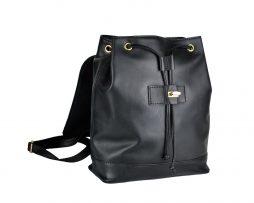 Moderný ruksak z hovädzej kože 8709 v čiernej farbe. Ruksak je vyrobený z prírodnej hovädzej usne (kože) čiernej farby, v stredne lesklom prevedení. (1)