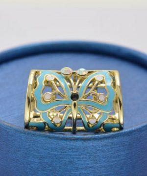 Šperk na šatku s motýľom v zlatej farbe je unikátna ozdoba. Má niekoľko využití, či už na šatku, šál, do vlasov, prípadne aj na klasické nosenie (2)