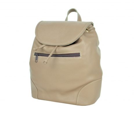 Kožený batoh v svetlo hnedej farbe. Batoh je vyrobený z pravej hovädzej kože. Módny vychádzkový model batohu, ktorý sa dá nosiť na jednom pleci alebo na chrbte. Všité ma putko, za ktoré je možné nosiť