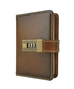 Malý ručne tieňovaný zápisník je vyrobený z prírodnej triesločinenej usne s ručným tampónovaním a následným tieňovaním krajov.