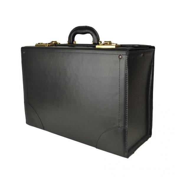 Celokožený cestovný kufor s veľkým úložným priestorom, určený na cestovanie, aj ako príručná batožina do lietadla.