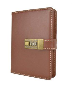 Kožený zápisník MIDDLE z prírodnej kože s číselným zámkom v hnedej farbe.