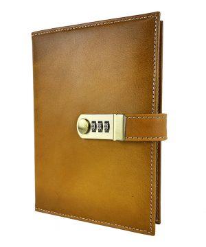 Kožený zápisník XXL s číselným zámkom v žltej farbe, ručne tieňovaný.